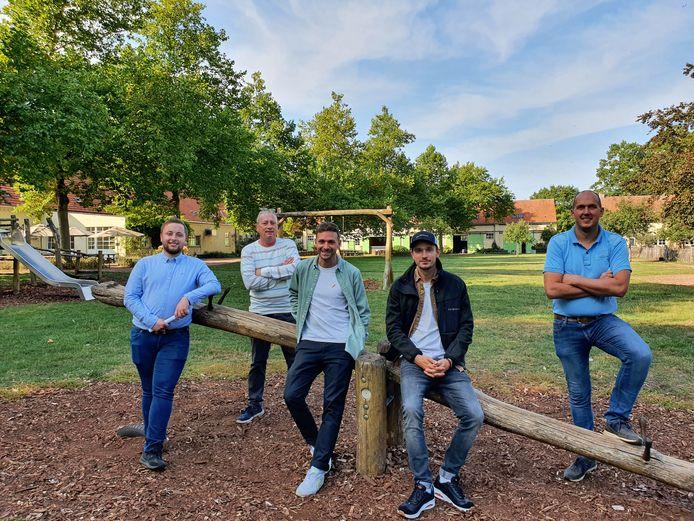 Vlnr: Rik Ouwerkerk, Peter Ouwerkerk, Nick Vanhoof en Kevin Kegeleers van Zouterover en Raf Braspenning op Wortel Kolonie.