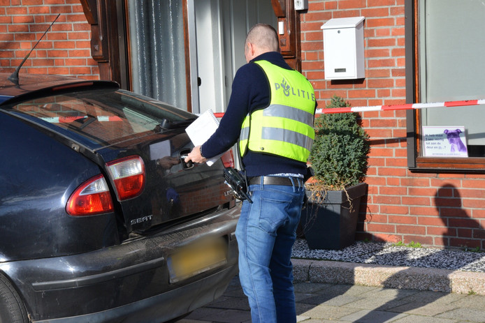 De politie tijdens de inval in de Emmastraat in Sint Willebrord. Hier werd het tweede xtc-lab in het dorp dat jaar ontdekt.