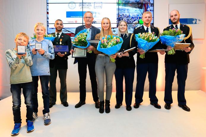 Vandaag kreeg Divano Dorder (derde van links) uit Spijkenisse de Koninklijke erepenning.