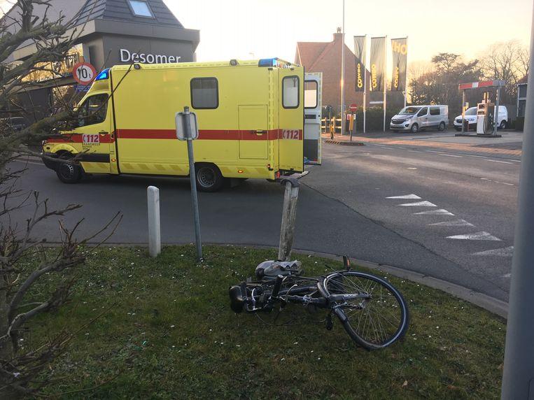 Een ambulance kwam de fietser ophalen.