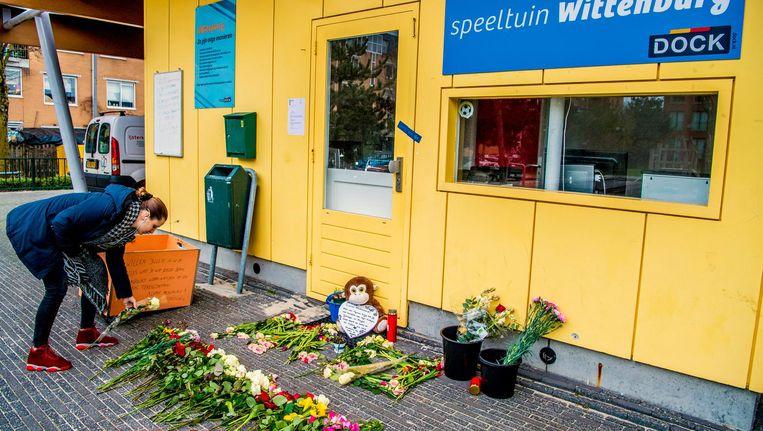Bloemen op de plek bij wijkcentrum Wittenburg waar de 19-jarige jongen is doodgeschoten. Beeld anp