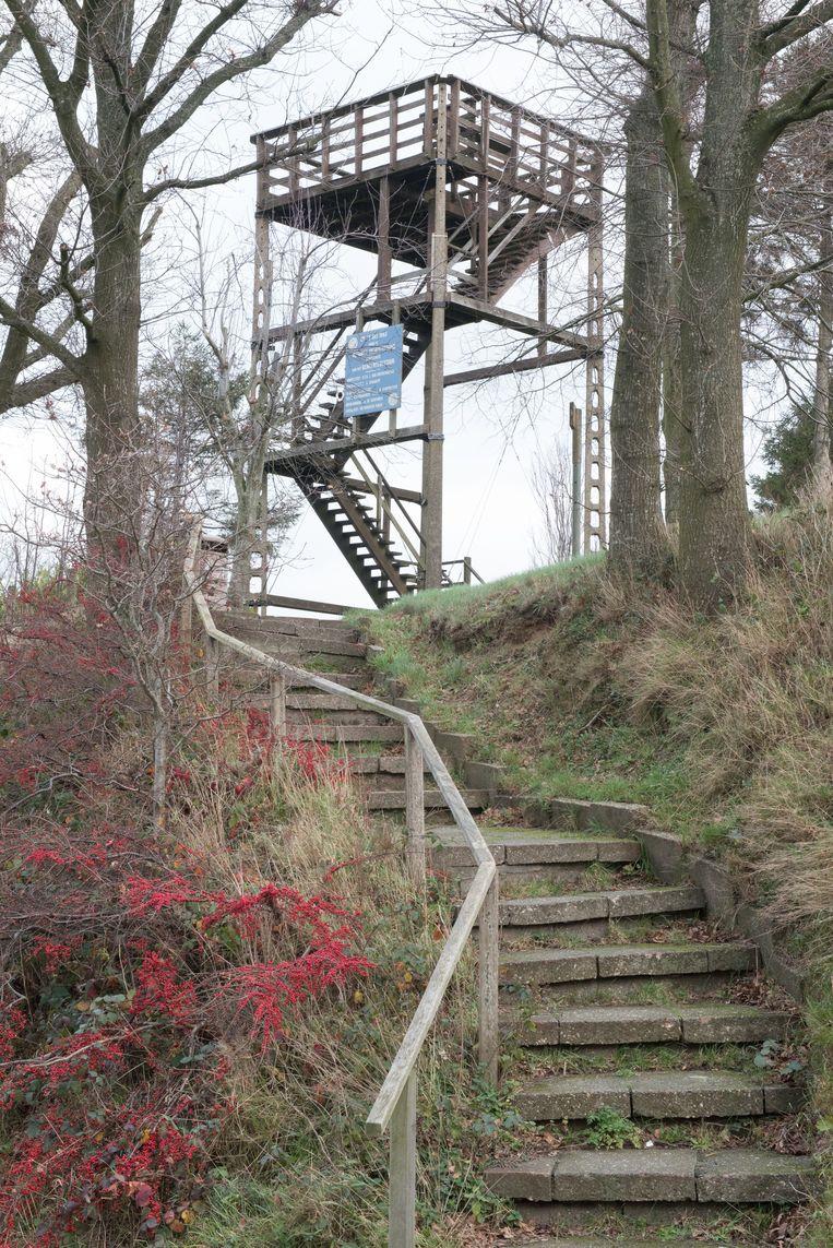 De uitkijktoren is onveilig. Ook de trappen naar de site liggen er schots en scheef bij.