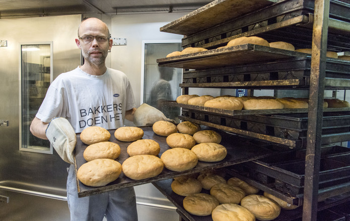 Bakker Theo Liebrand bij het net gebakken brood.