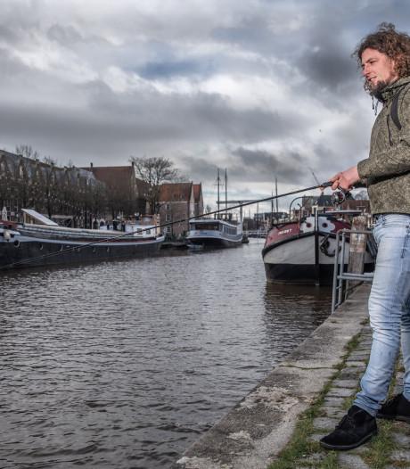 Vissen in de gracht van Zwolle: 'Supercool om midden in de stad je visje te kunnen vangen'