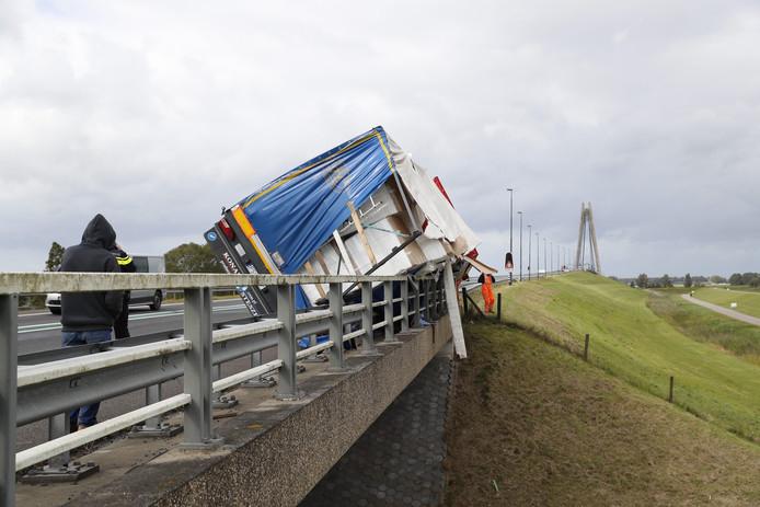 De omgewaaide vrachtwagen op de N50.