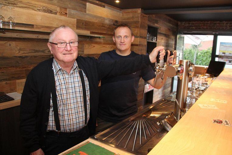 Oscar 'Kar' Baeyens en zoon Marnik achter de toog van café 'Hoop In De Toekomst'.