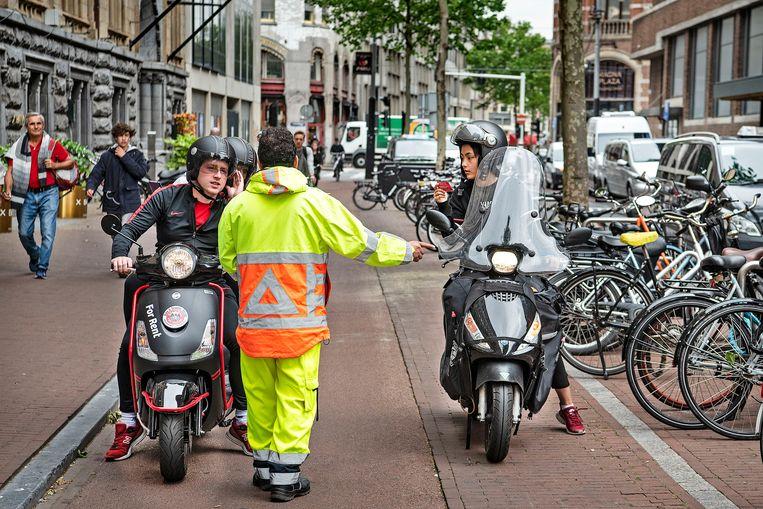 Scooters op de rijbaan, niet meer op het fietspad. Beeld Guus Dubbelman / de Volkskrant