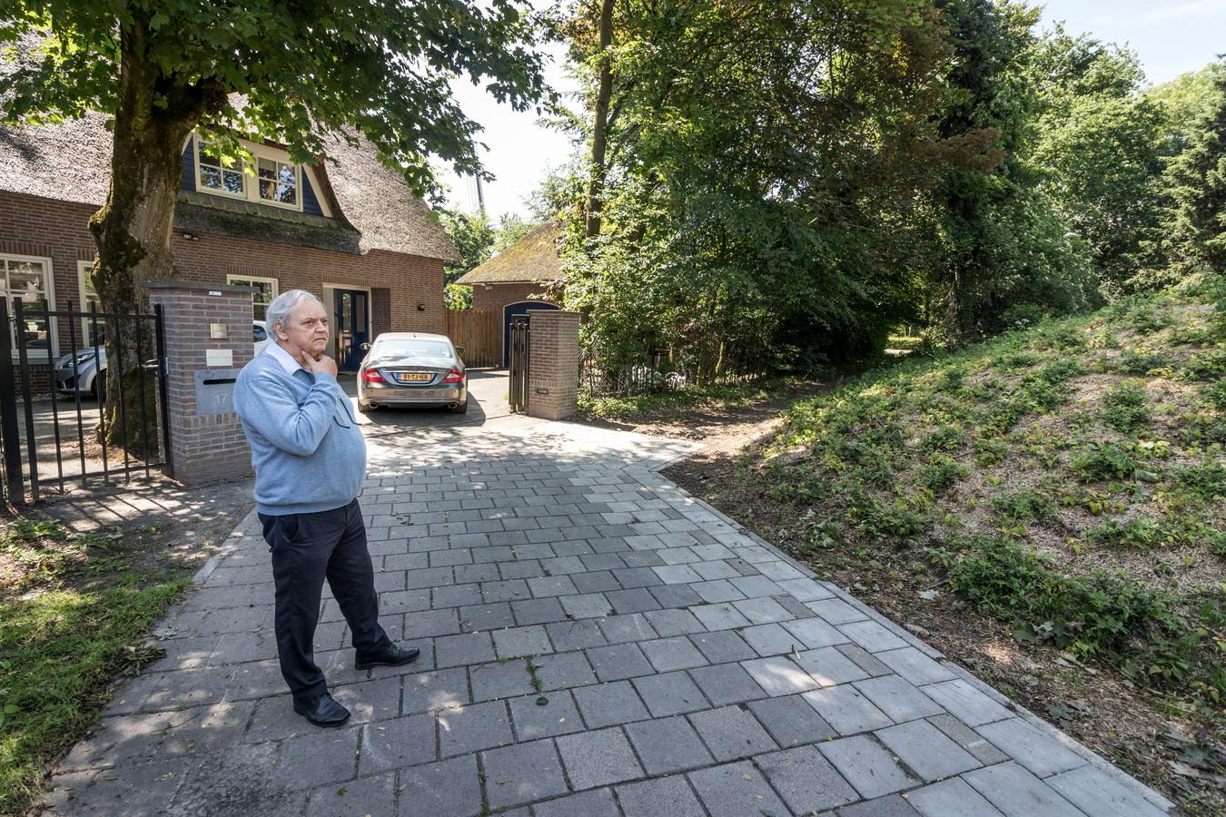 Theo Sanders bij zijn villa aan de Medoclaan.