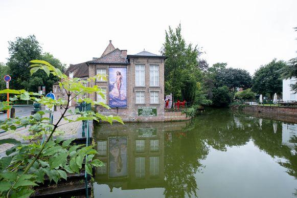 De controversiële banner hangt al enkele weken aan het Timmermans-Opsomerhuis in Lier.
