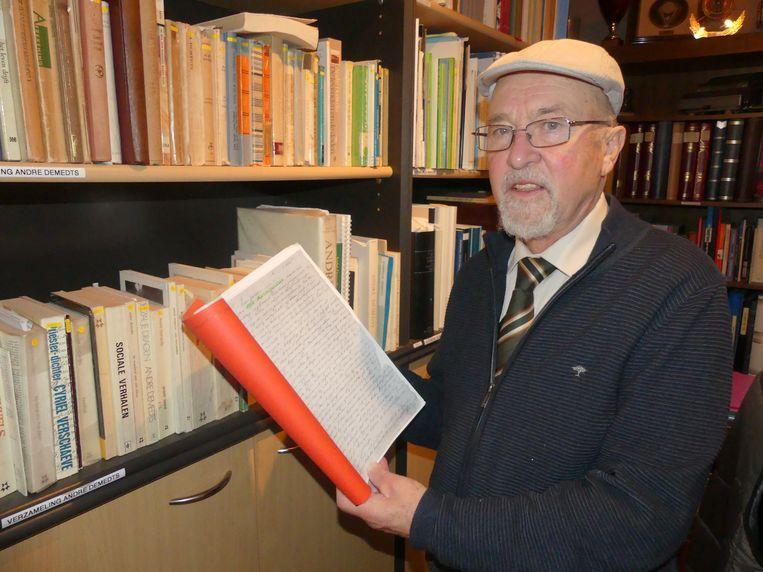 Jules Desmet met de documenten van veldwachter Leopold Lambrecht.