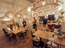 Alle stoelen in restaurant De Baeckermat in Westdorpe bezet door beren  voor KiKa