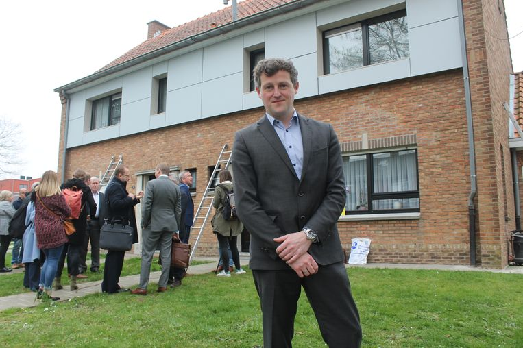 Bart Vranken, directeur van Woonpunt Zennevallei, stelt met trots het grote renovatieproject voor van de huisvestingsmaatschappij.