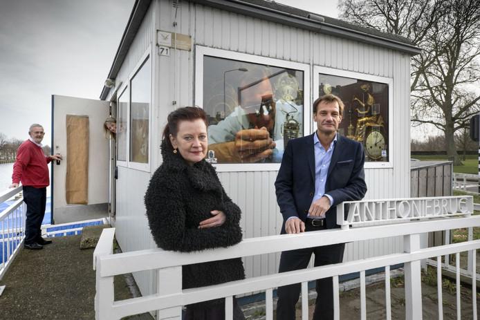 Kunstproject van Imke van Dillen die uit de deur hangt, naast haar de oude en laatste brugwachter Cees Bouwmans, Monique Broekman en klokkenmaker Frank van Nuus.
