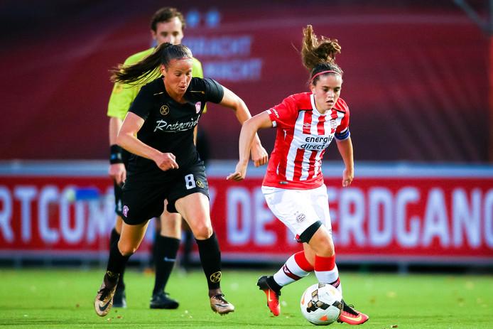PSV-aanvoerster Jeslynn Kuijpers met Lenie Onzia in haar rug.