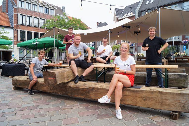 Jeppe Verdoodt, Robin Bossuyt, Michiel Sabbe, Sies Baert, Laura Perneel en Sander Vuylsteke sloegen de handen in elkaar voor Dé Terrasse.