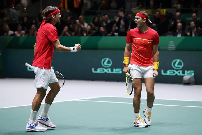 Rafael Nadal (rechts) en Feliciano Lopez na een punt tegen Groot-Brittannië.
