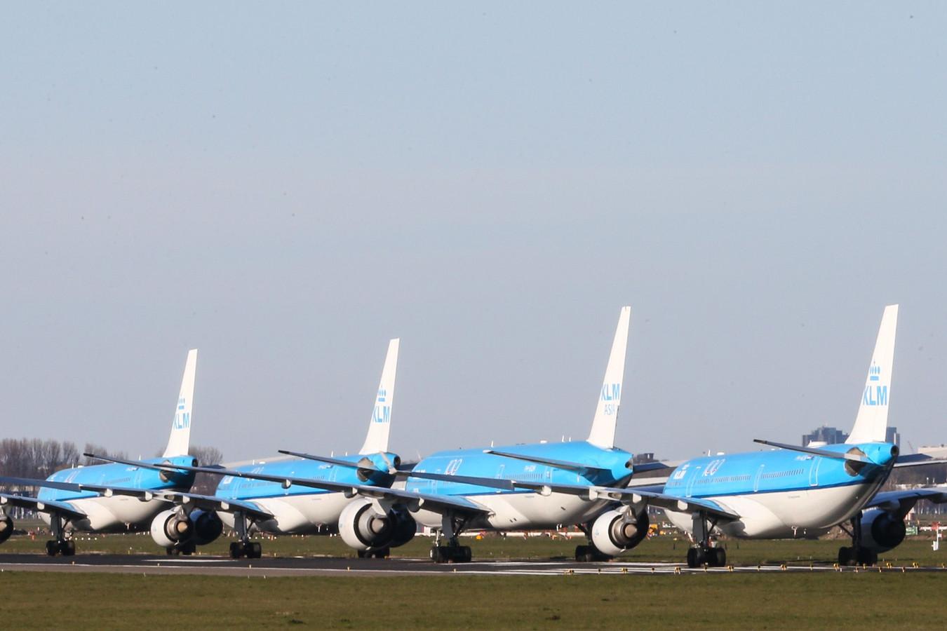 Vliegtuigen van KLM staan geparkeerd op de Aalsmeerbaan van Schiphol tot het reguliere vliegverkeer wordt hervat.