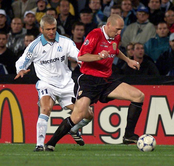 Jaap Stam in duel met Fabrizio Ravanelli van Olympique Marseille.