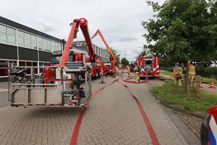Brand tussen twee wanden bij pand aan de Kanaaldijk-Noord in Eindhoven was lastig te bestijden.