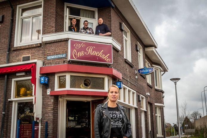 Eindhoven -  Café Ons Hoekske is net als andere café's ook dicht. Op de voorgrond Eigenaresse Ria Schellekens. Op het balkon (vlnr) vaste klanten: Johan, Chris en John