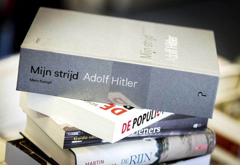 De wetenschappelijke nieuwe vertaling in het Nederlands van Adolf Hitlers Mein Kampf wordt uitgepakt in een boekhandel in Amsterdam.