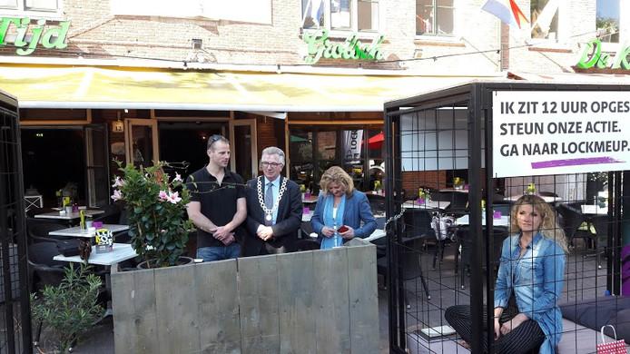 Remco van Dijk, Geert van Rumund en Hannie Preuter hebben net Linda Lingbeek opgesloten in haar hok op de Markt in Wageningen,
