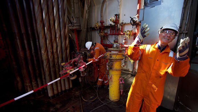 Minister Henk Kamp van Economische Zaken brengt in aanwezigheid van medewerkers van Staatstoezicht op de Mijnen een werkbezoek aan booreiland Noble Ronald Hoope op de Noordzee.