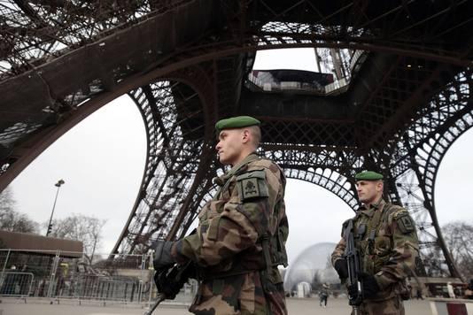 Extra bewaking bij de Eiffeltoren na de aanslag.