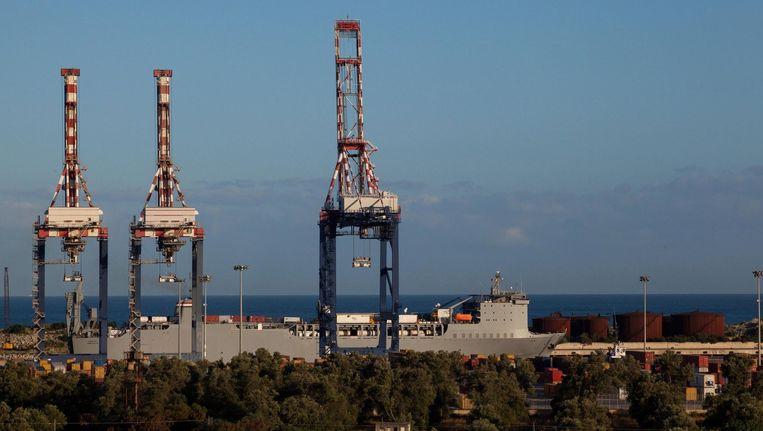 Bij de Zuid-Italiaanse havenstad Gioia Tauro worden de chemicaliën van een Deens schip overgeheveld op de Cape Ray, dat de stoffen onschadelijk zal maken. Beeld epa