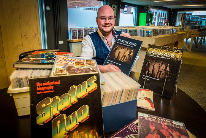 Martijn Westra presenteert tijdens viering 12,5 jarig bestaan Vinylparadijs in Geesteren boek over Status Quo met tal van bijzonderheden over alle opnamen van de Britse rockband.
