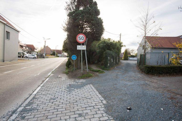 De Enodeweg is een niet-geasfalteerde straat die parallel loopt met de steenweg