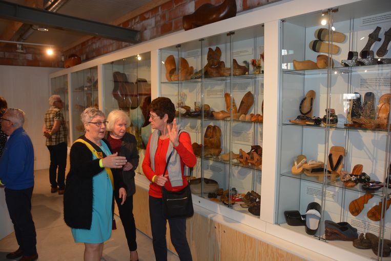 Schepen Marita Meul mocht bezoekers wegwijs maken in het nieuwe leer- en beleefcentrum en onder meer de indrukwekkende collectie klompen tonen.