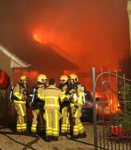 Vlammenzee verwoest villa en auto in Hierden