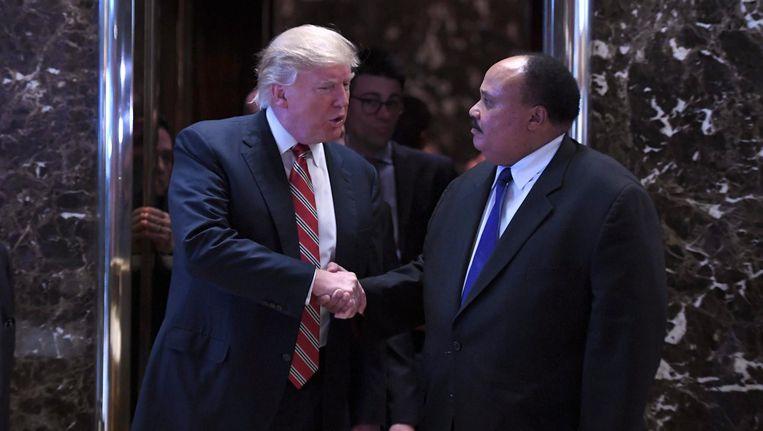 Donald Trump schudt de hand van de zoon van Martin Luther King, Jr. Beeld epa