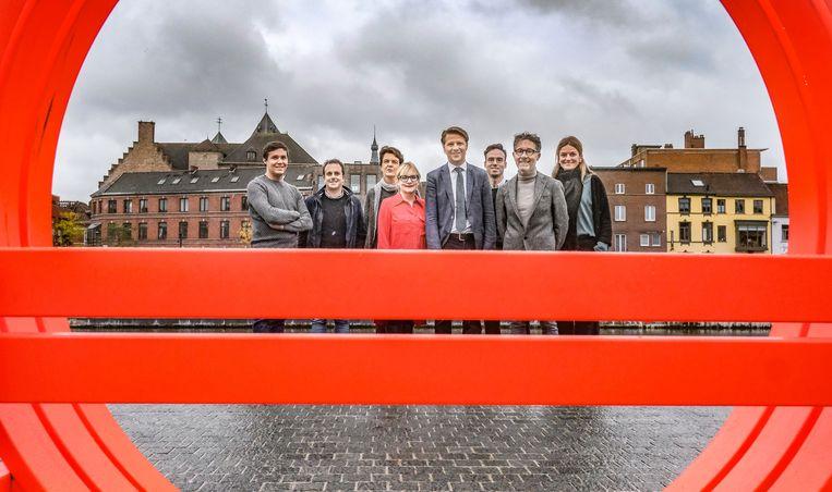 De betrokkenen van het internationaal kunstenfestival Paradise, aan de zitbank Modified Social Bench van Deens installatiekunstenaar Jeppe Hein, op de Broelkaai aan de verlaagde Leieboorden