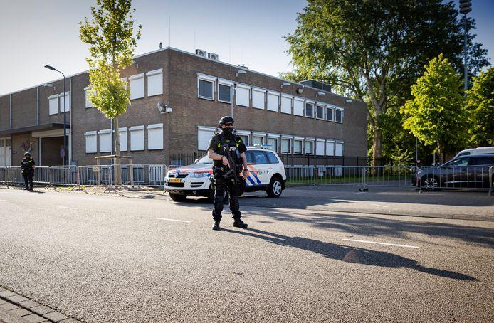 Beveiliging bij de extra beveiligde gerechtsbunker in Amsterdam-Osdorp tijdens een zitting in het Marengo-proces.