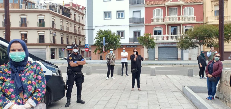 Een groepje Marokkanen demonstreert op 11 mei voor het Marokkaanse consulaat in Algeciras (Spanje).  Beeld