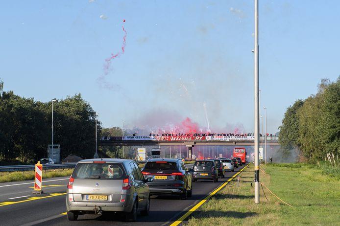 De supportersverenigingen van FC Twente hebben zondagochtend de spelersbus van FC Twente uitgezwaaid.
