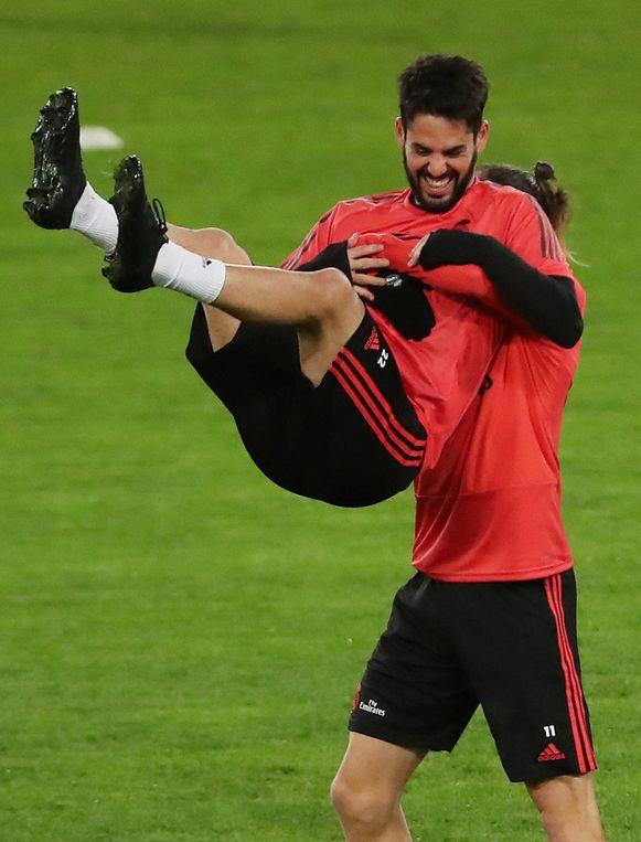 Op training, een dag voor de wedstrijd tegen AS Roma, kon Isco (hier te grazen genomen door Bale) nog lachen.