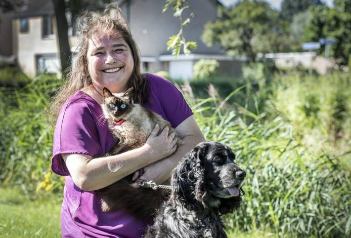 Zosia van der School, hier met kat Loedertje en hond Kanjer, is boos en verdrietig.