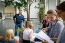 Pandeigenaar Gerrit Jansen maakt kennis met nieuwe bewoners van het toekomstige College Campus Meppel.