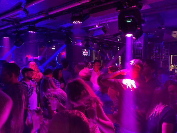Feestvierders in een club in Chersonissos vorige maand.