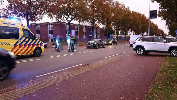 Twee auto's zijn vrijdagmiddag met elkaar in botsing gekomen op de Euregioweg in Enschede.