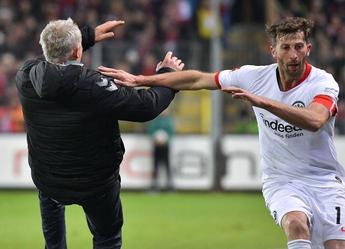 Eintracht Frankfurt-captain David Abraham werkt Freiburg-coach Christian Streich naar de grond.