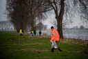 Vrijwilligers ruimen afval langs de waterkant. De resultaten van het grote onderzoek van Schone Rivieren zijn aan de provincies Gelderland, Noord-Brabant en Limburg aangeboden. Ook alle gemeenten langs de rivieren beschikken nu over het onderzoek.