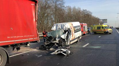 E34 richting Antwerpen opnieuw vrij na zwaar ongeval in Oelegem, bestuurder bestelwagen overleden