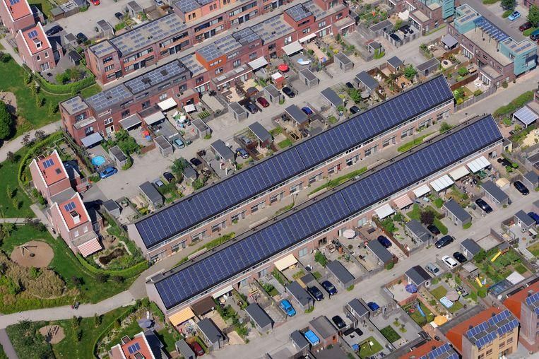 Zonnepanelen op de daken in Heerhugowaard. Beeld raymond rutting / de Volkskrant