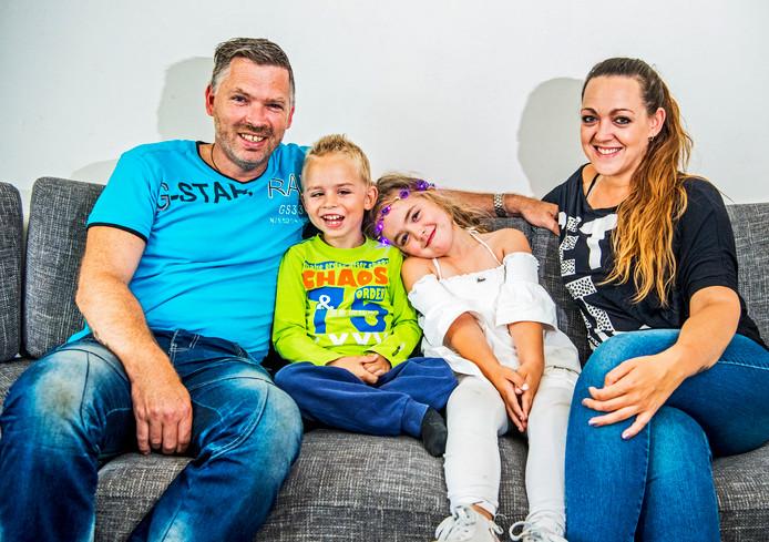 Alex en Kelly de Haan met hun zieke zoontje Joey en hun dochtertje Noah. Foto: Frank de Roo