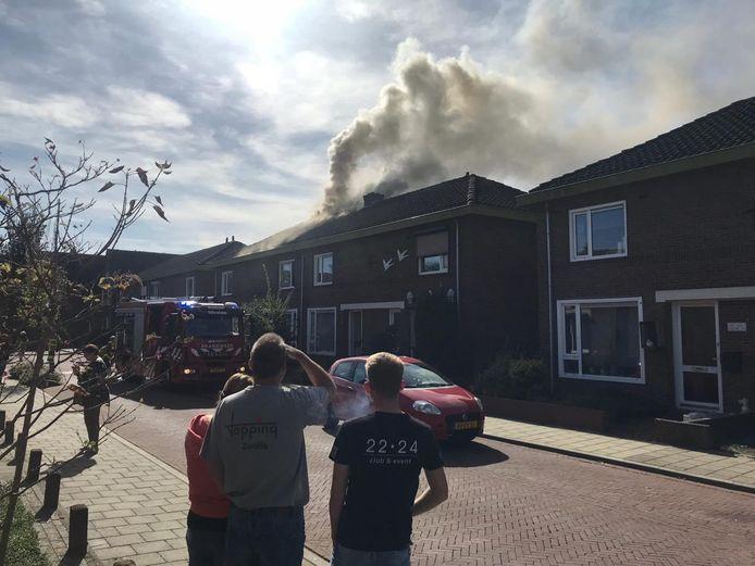 De zolderbrand in Terborg trok de nodige bekijks.