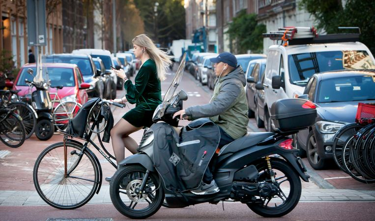 Fietsers en snorffietsers op het fietspad in Amsterdam. Beeld Maarten Hartman